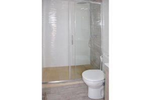 baño apartamentos El Lago en Córdoba