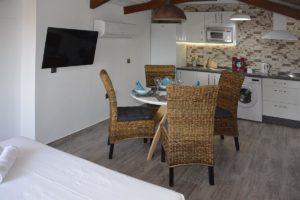 mesa comedor apartamentos El Lago en Córdoba