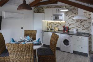 cocina comedor apartamentos El Lago en Córdoba