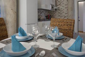 mesa puesta apartamentos El Lago en Córdoba