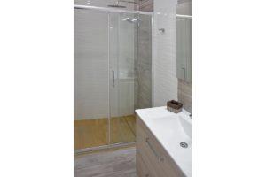 lavabo y mampara de ducha apartamentos El Lago en Córdoba