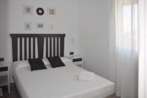 cama doble apartamentos El Lago en Córdoba