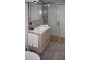 inodoro lavabo ducha apartamentos El Lago en Córdoba