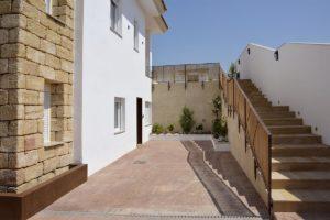 Entrada apartamentos El Lago en Córdoba