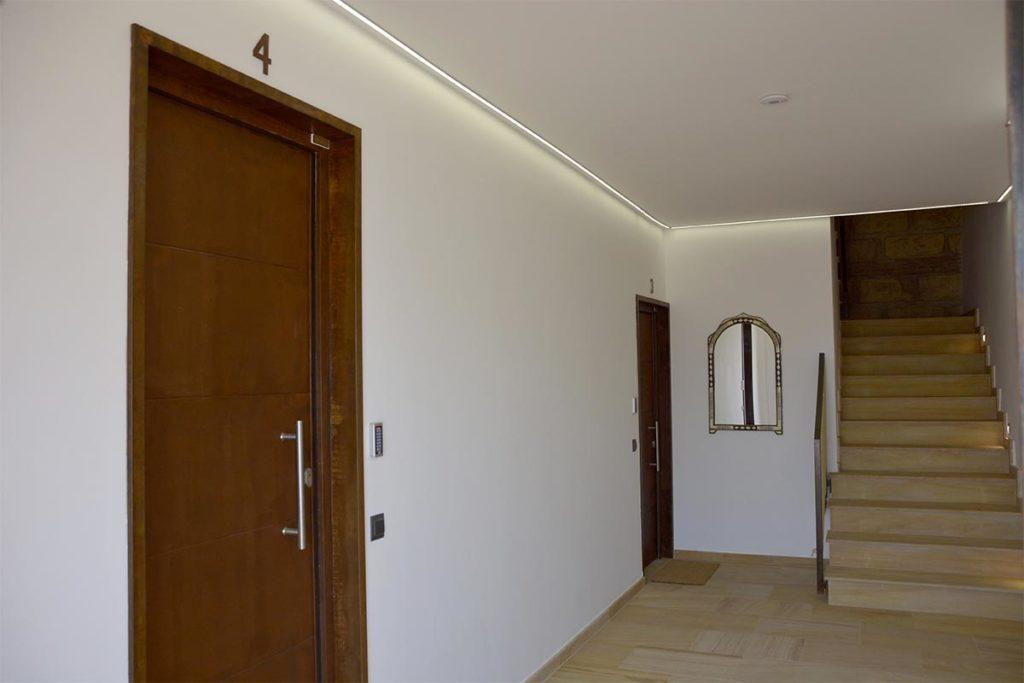 pasillo apartamentos El Lago en Córdoba